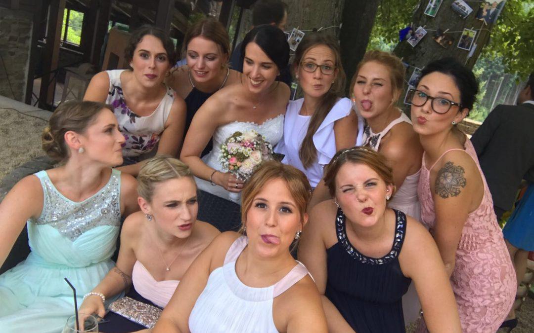 Warum einen Hochzeitsfotografen buchen? – Im Duell mit dem Selfie Stick