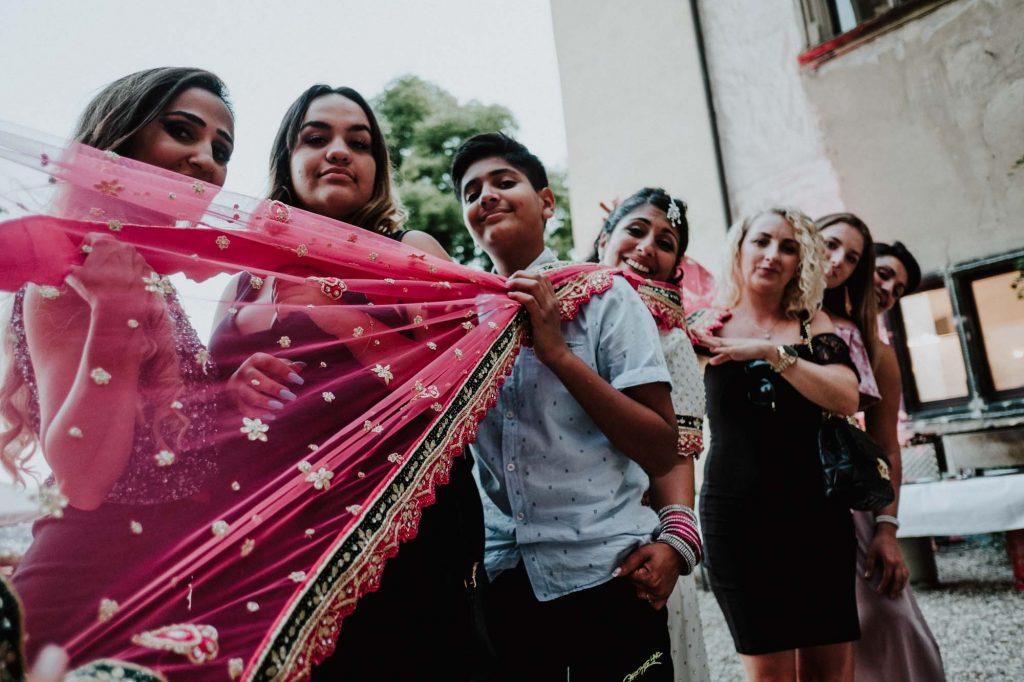 Braut und Freunde bei einem lockeren Gruppenfoto während einer Hochzietsreportage in Köln