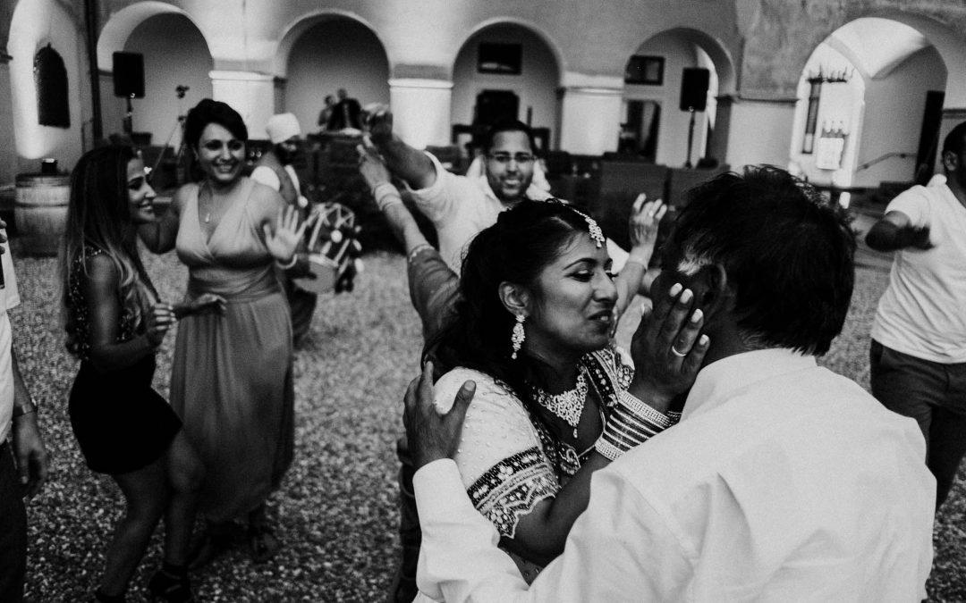 Indische Braut beim Hochzeitstanz mit ihrem Vater