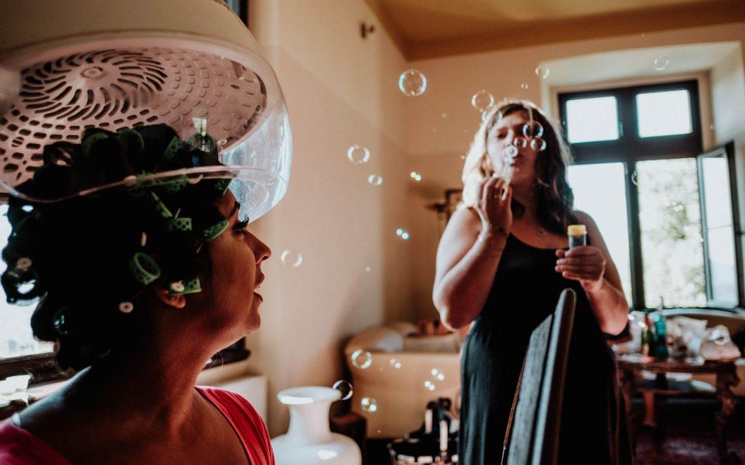Braut beim Getting Ready mit Seifenblasen im Hintergrund