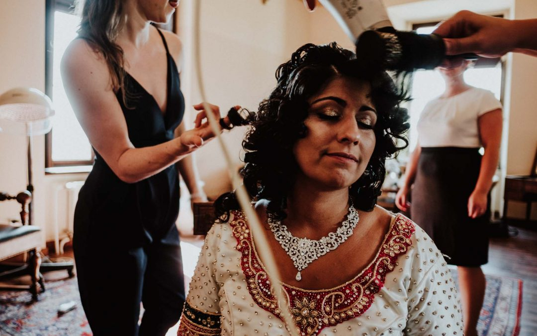 Braut bei den Vorbereitungen für ihre indische Hochzeit in Köln