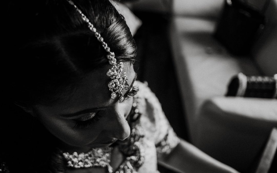 Brautporträt einer indischen Braut mit traditionellem Kopfschmuck