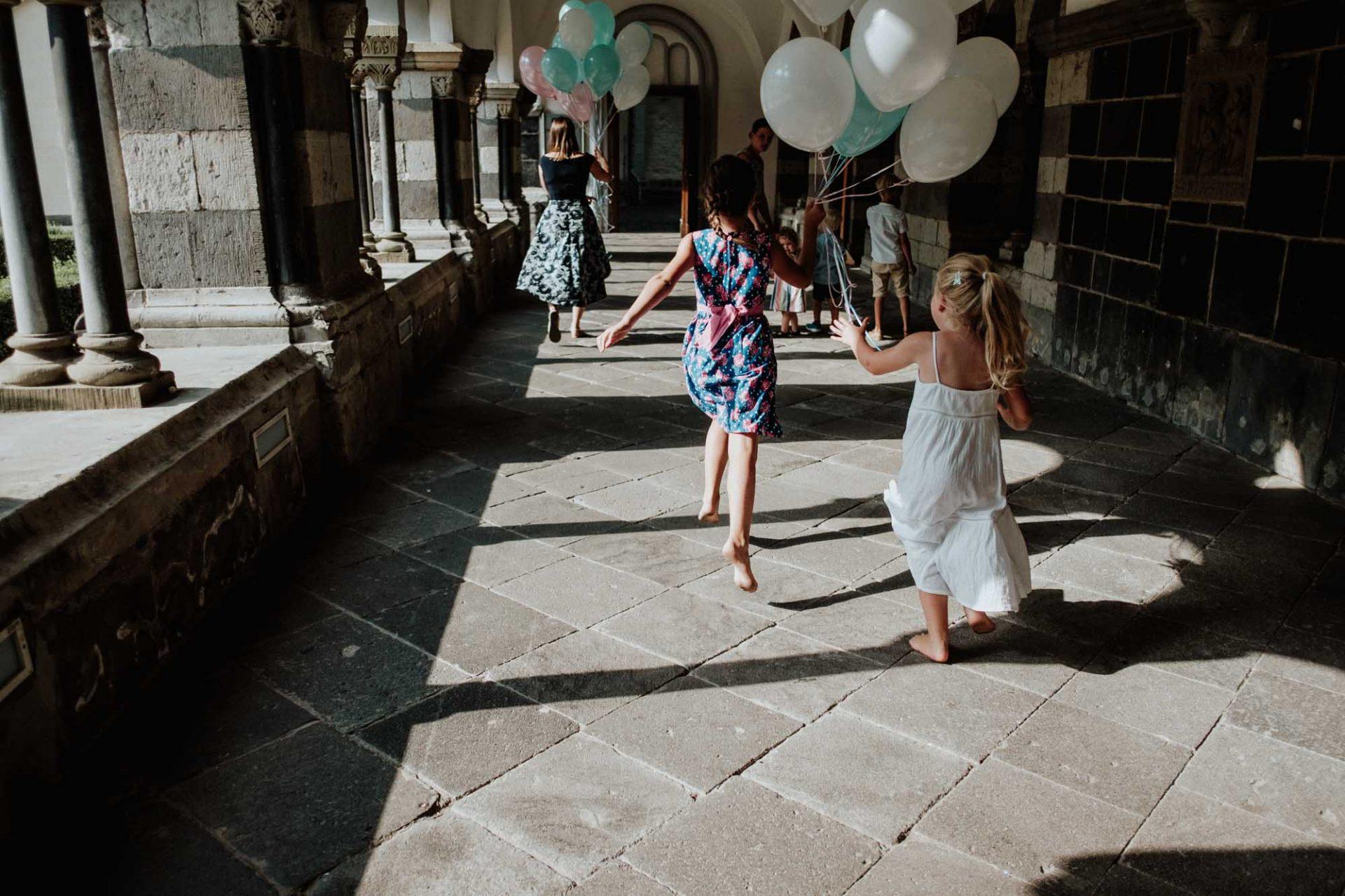 Kinder laufen mit Luftballons am Hochzeitsfest in der Abtei Brauweiler