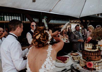 Brautpaar schneidet an ihrer Hochzeitsfeier in den Waldorfer Höfen die Hochzeitstorte an