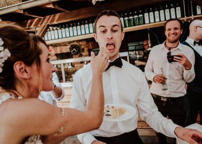 Brautpaar probiert Hochzeitstorte am Hochzeitstag in den Waldorfer Höfen