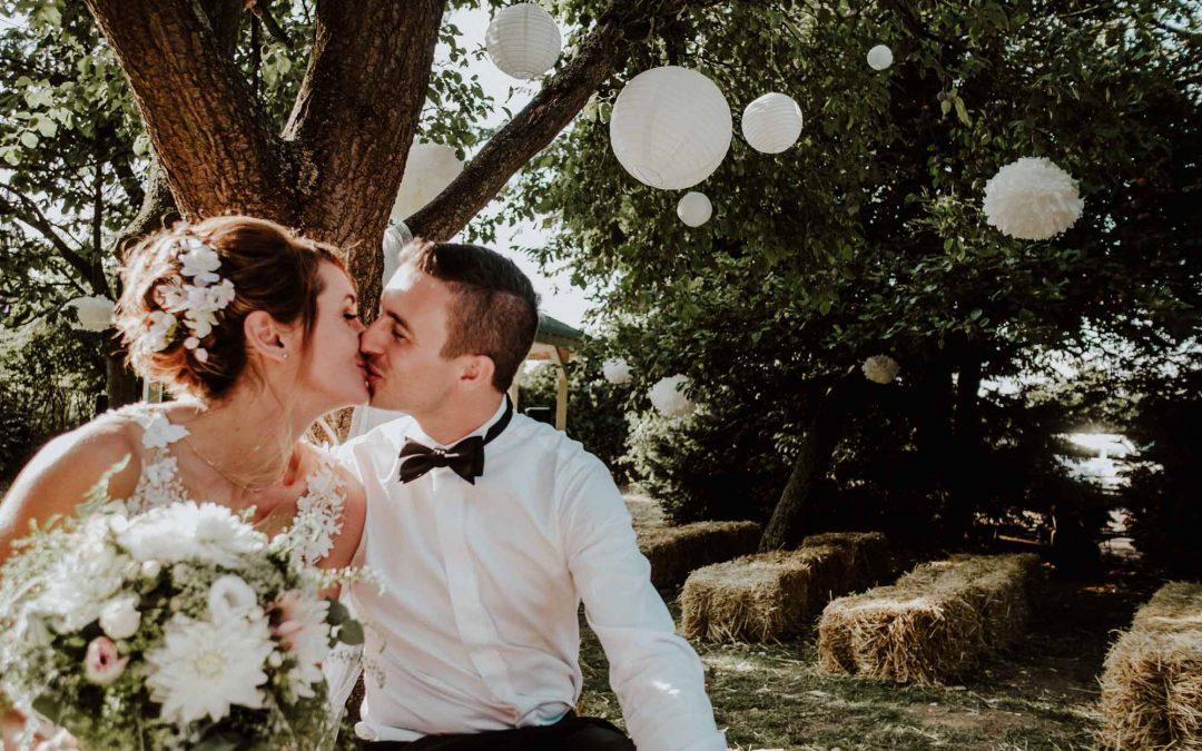 Brautpaar küsst sich unter einem Baum beim Brautpaarshooting