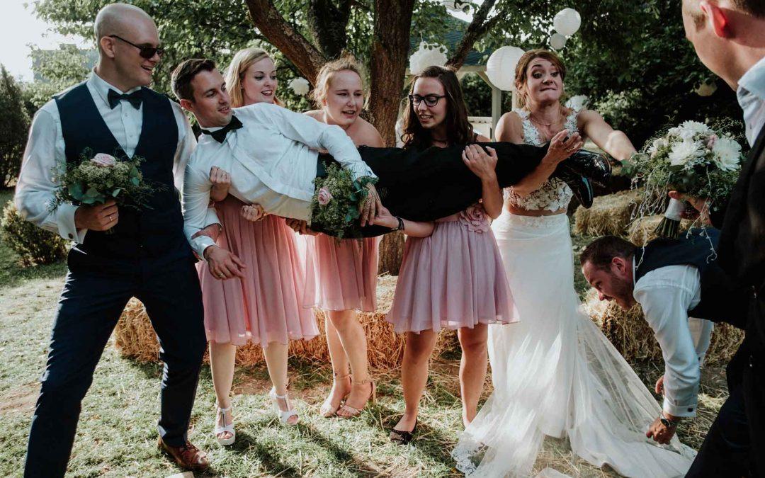 Brautpaar, Trauzeugen und Brautjungfern bei einem lockeren Gruppenfoto