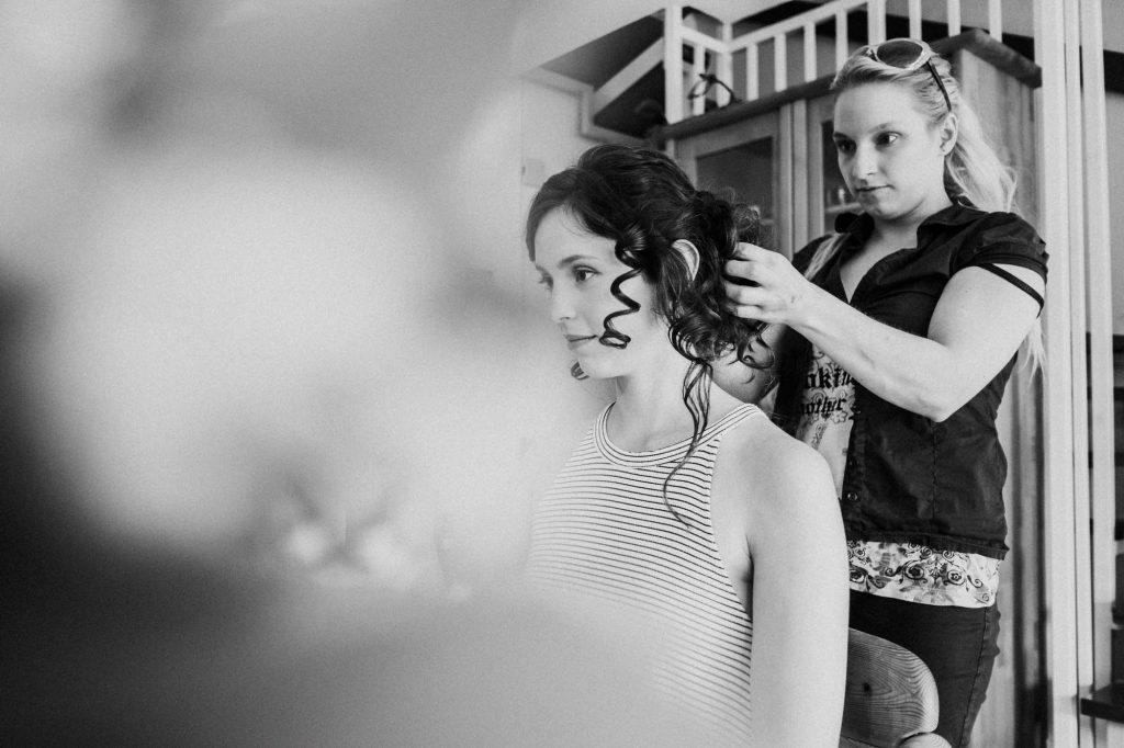 Braut beim Getting Ready mit ihrer Visagistin