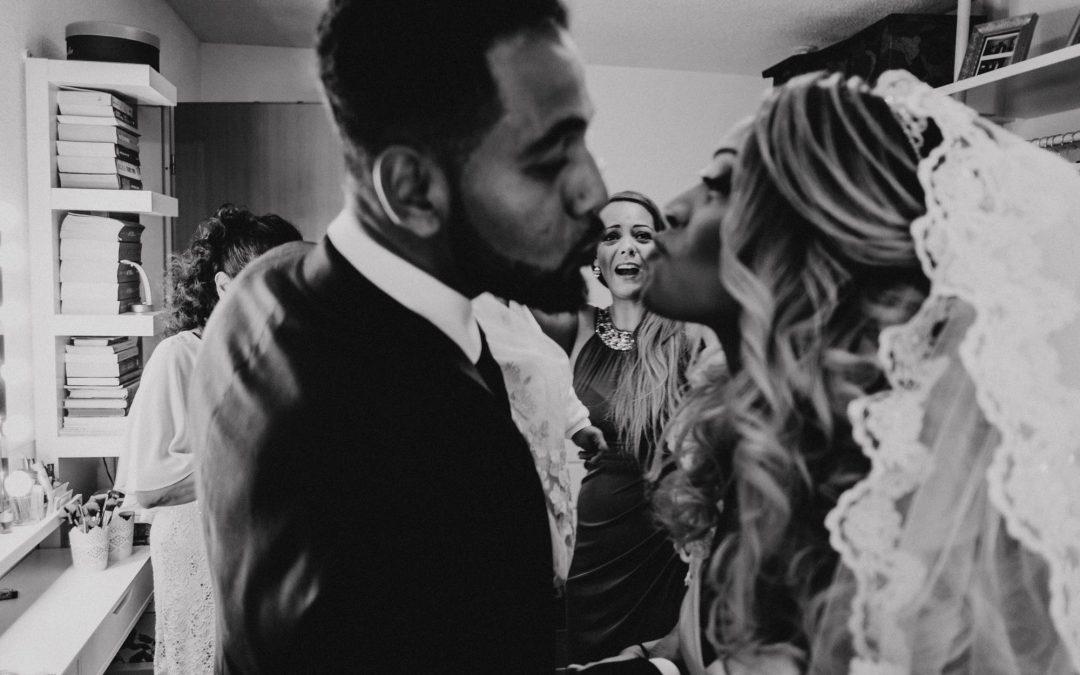 Braut küsst ihren Bruder beim Getting Ready