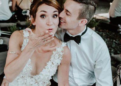 Braut wirft eine Kusshand zu