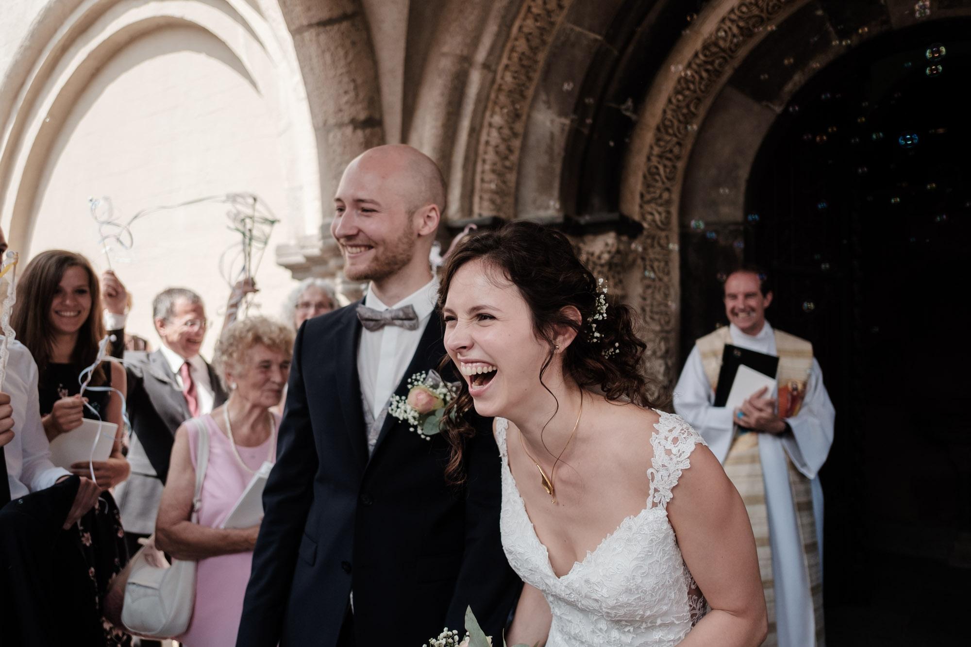 Lachende Braut beim Hochzeitsempfang nach der Trauung
