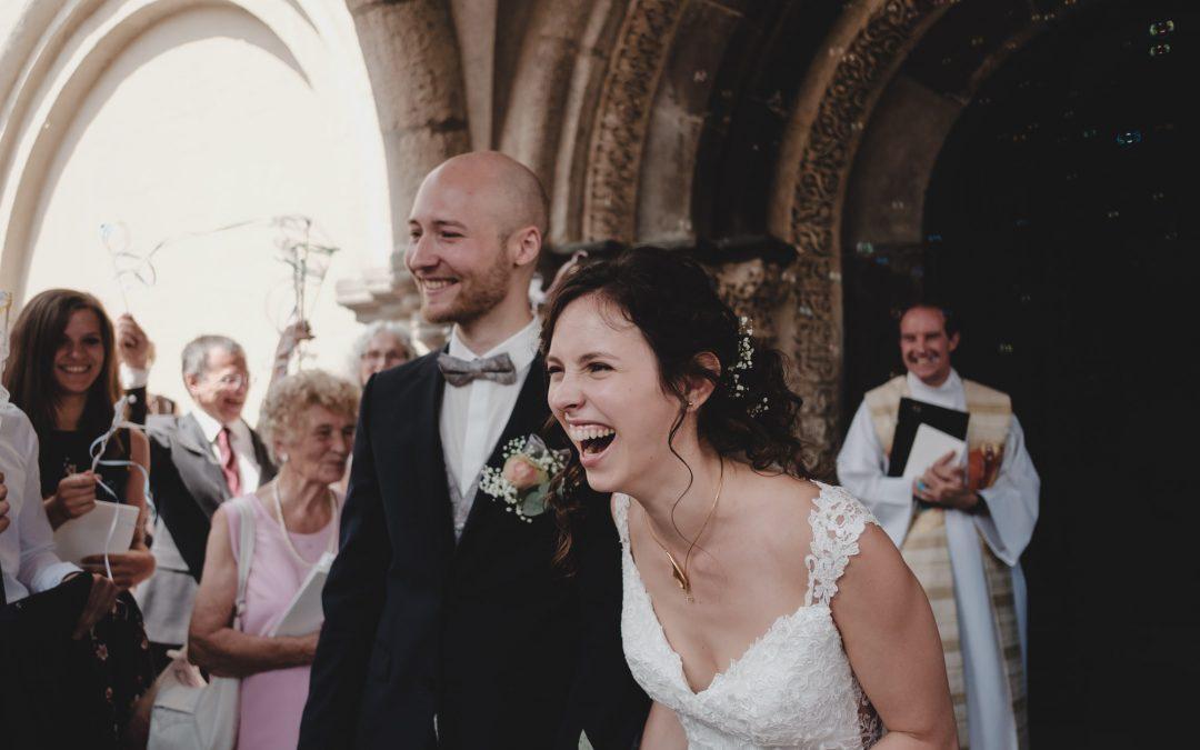 Lachende Braut beim Empfang vor der Kirche