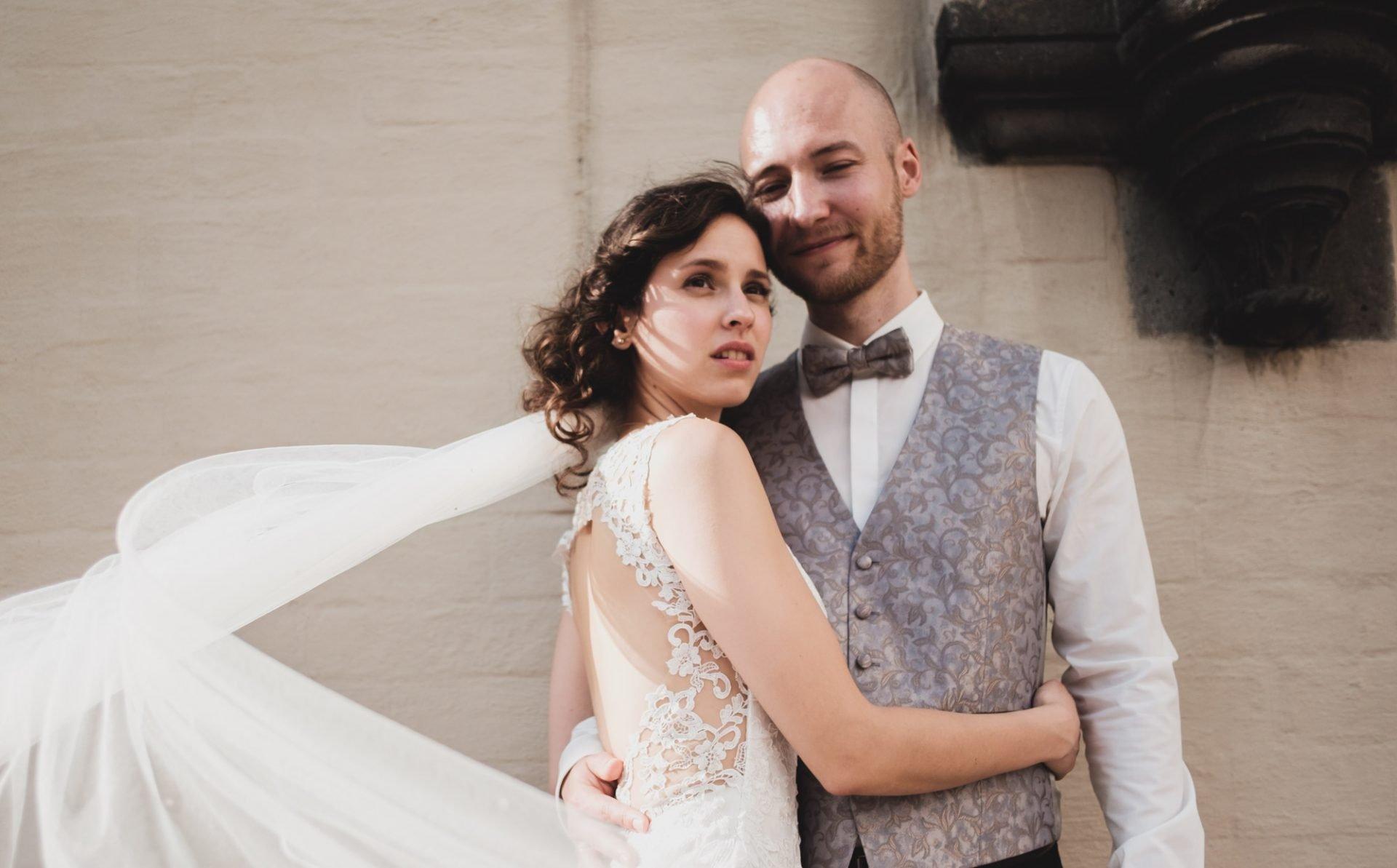 Braut und Bräutigam beim Brautpaarshooting in Köln