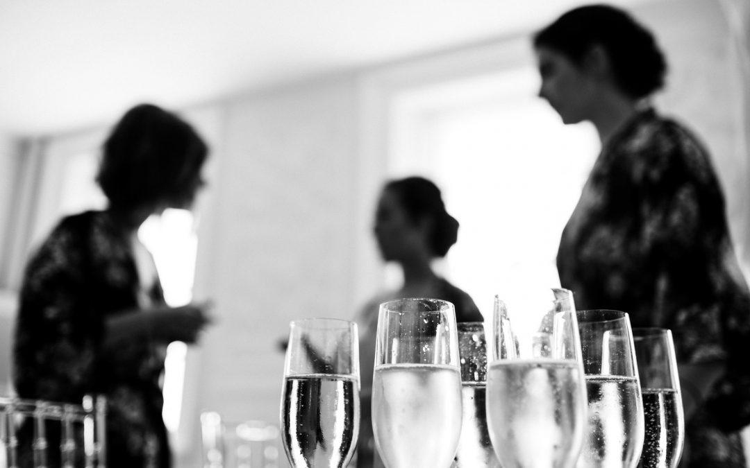 Sektgläser bei den Vorbereitungen der Braut