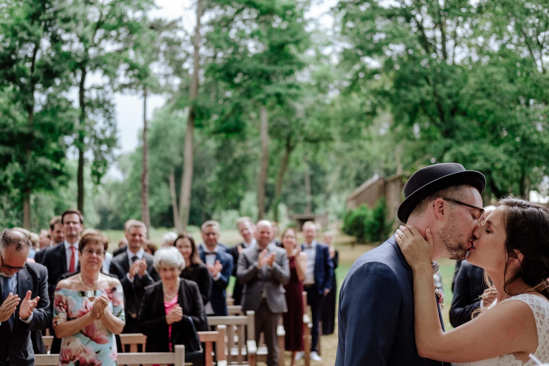 Brautpaar tanzt vor dem Riesenrad in Köln