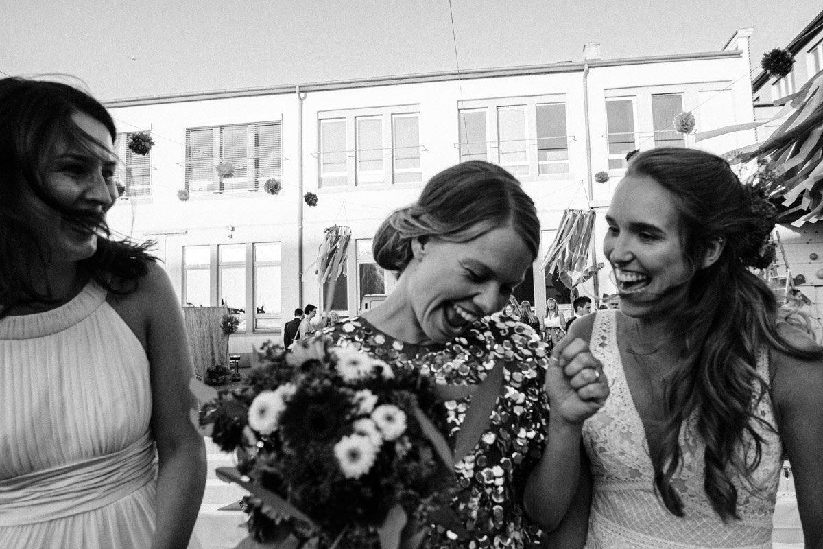 Lachende Braut mit Ihren Brautjungfern in Frankfurt