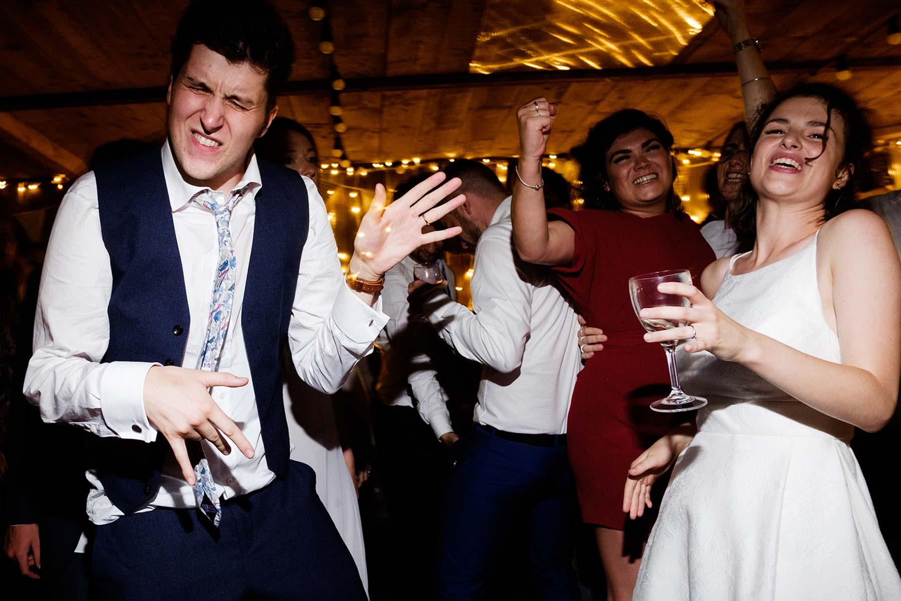 Braut und Bräutigam beim Brautpaarshooting vor einem mit Lampions geschmückten Garagentor
