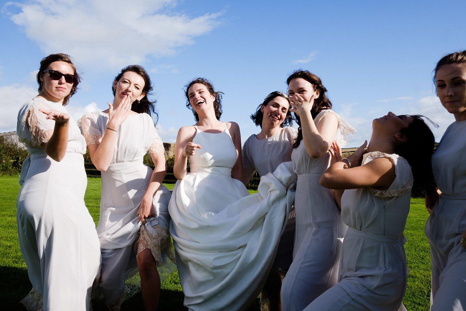 Eine Braut umgeben von ihren Brautjungfern beim Gruppenshooting in Köln