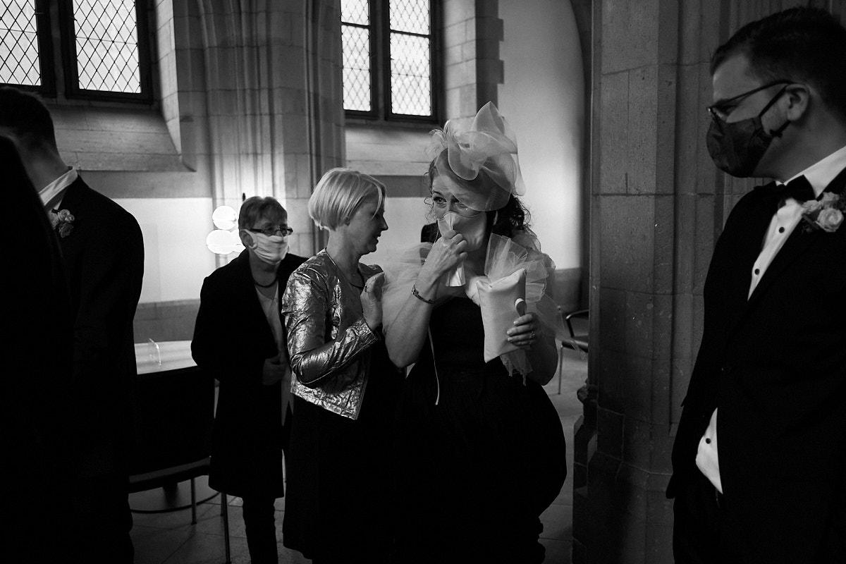 Weinende Braut nach der Trauung im Standesamt Köln