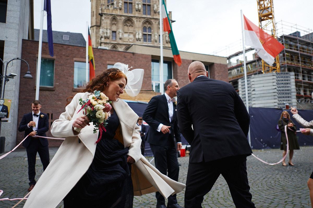 Braut tanzt vor dem Kölner Standesamt
