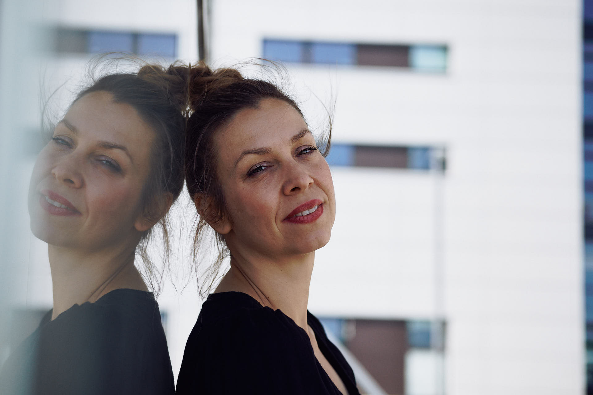Portrait von Online Business Coach Nicole Gabor im Rheinau-Hafen Köln