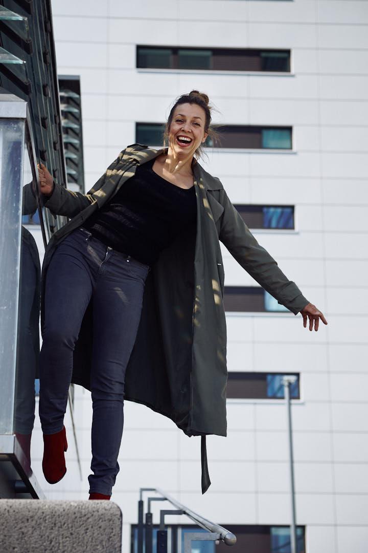 Nicole Gabor balanciert lachend auf einem Geländer