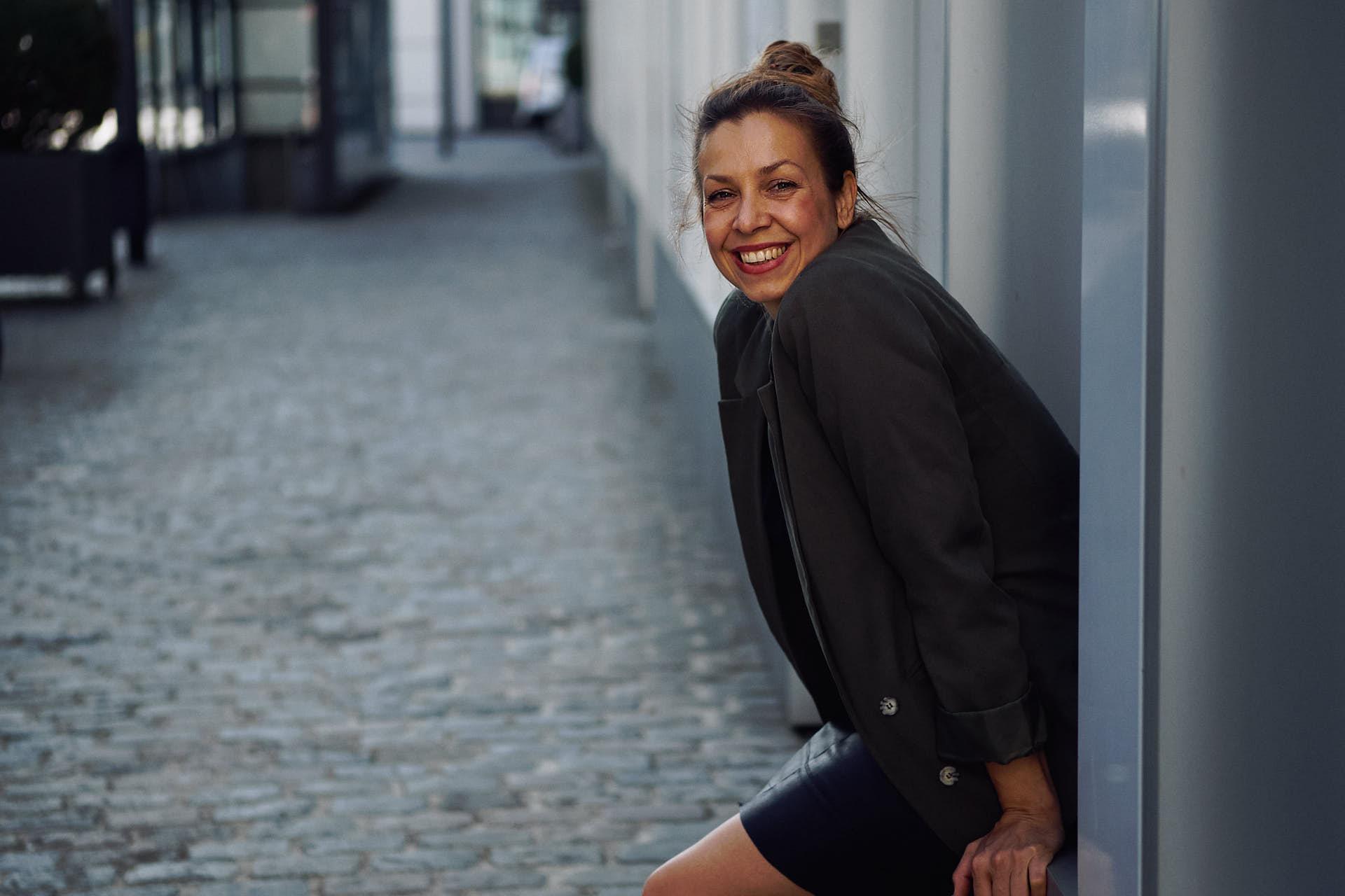 Marketing Coach Nicole Gabor posiert für ein Business Shooting in Köln