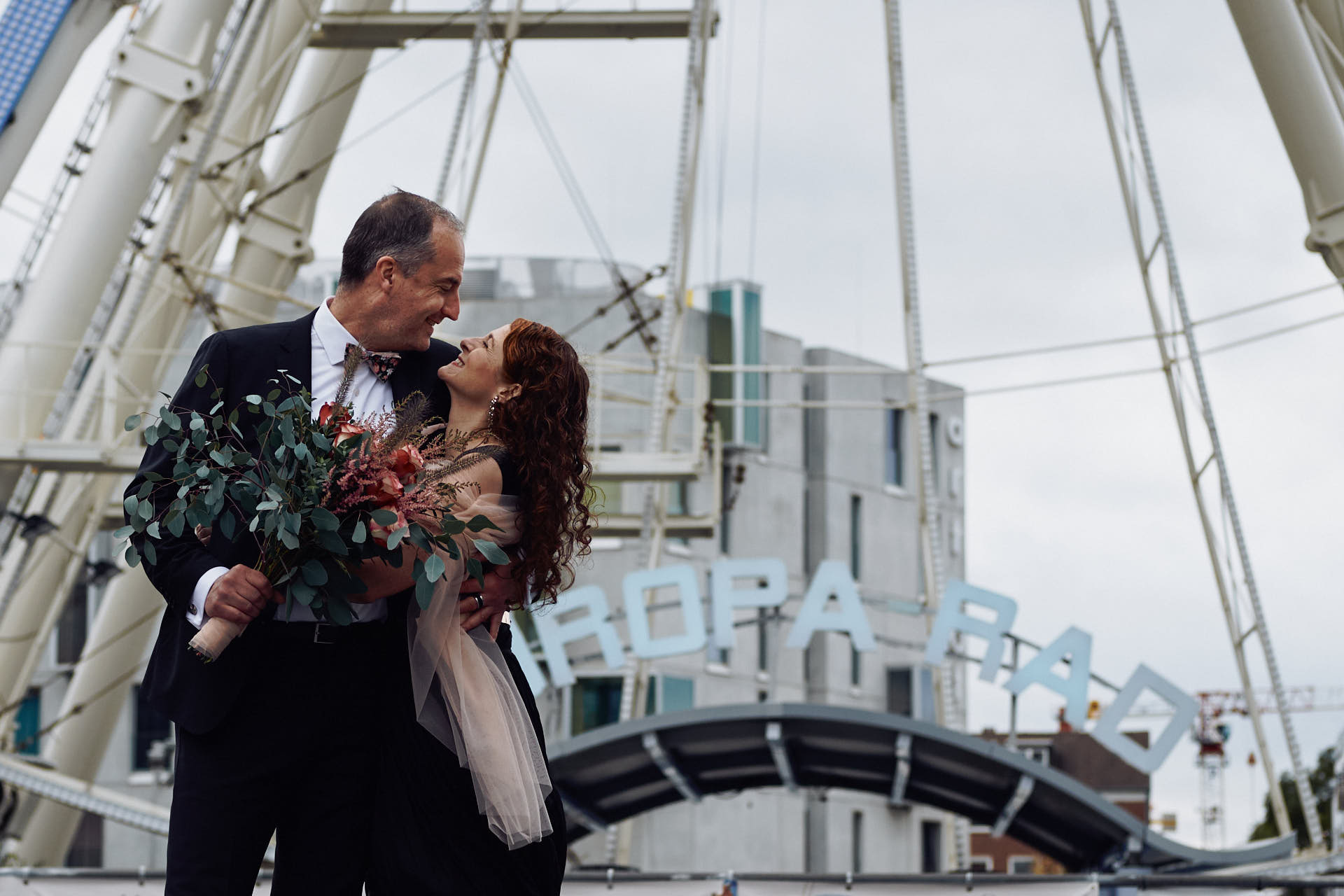 Braut und Bräutigam vor dem Europarad in Köln