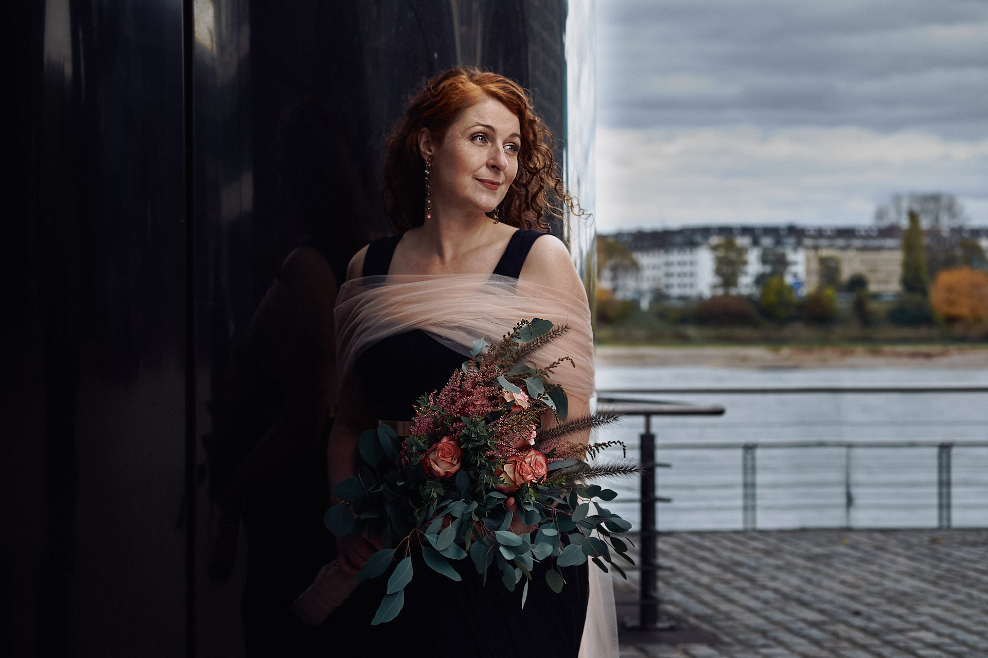 Braut mit opulentem Brautstrauss am Rheinau Hafen in Köln