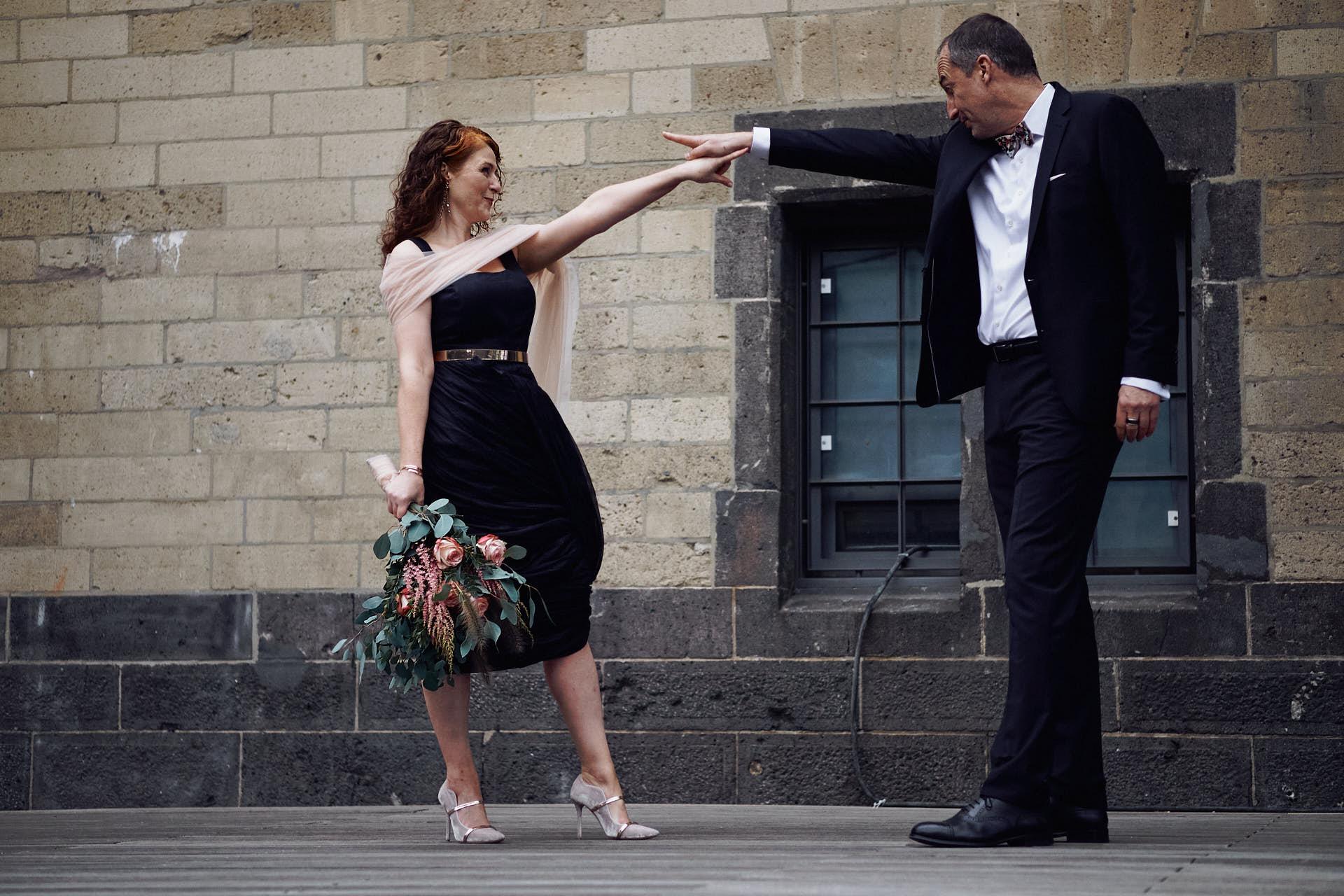 Tanzendes Brautpaar am Rheinau-Hafen in Köln