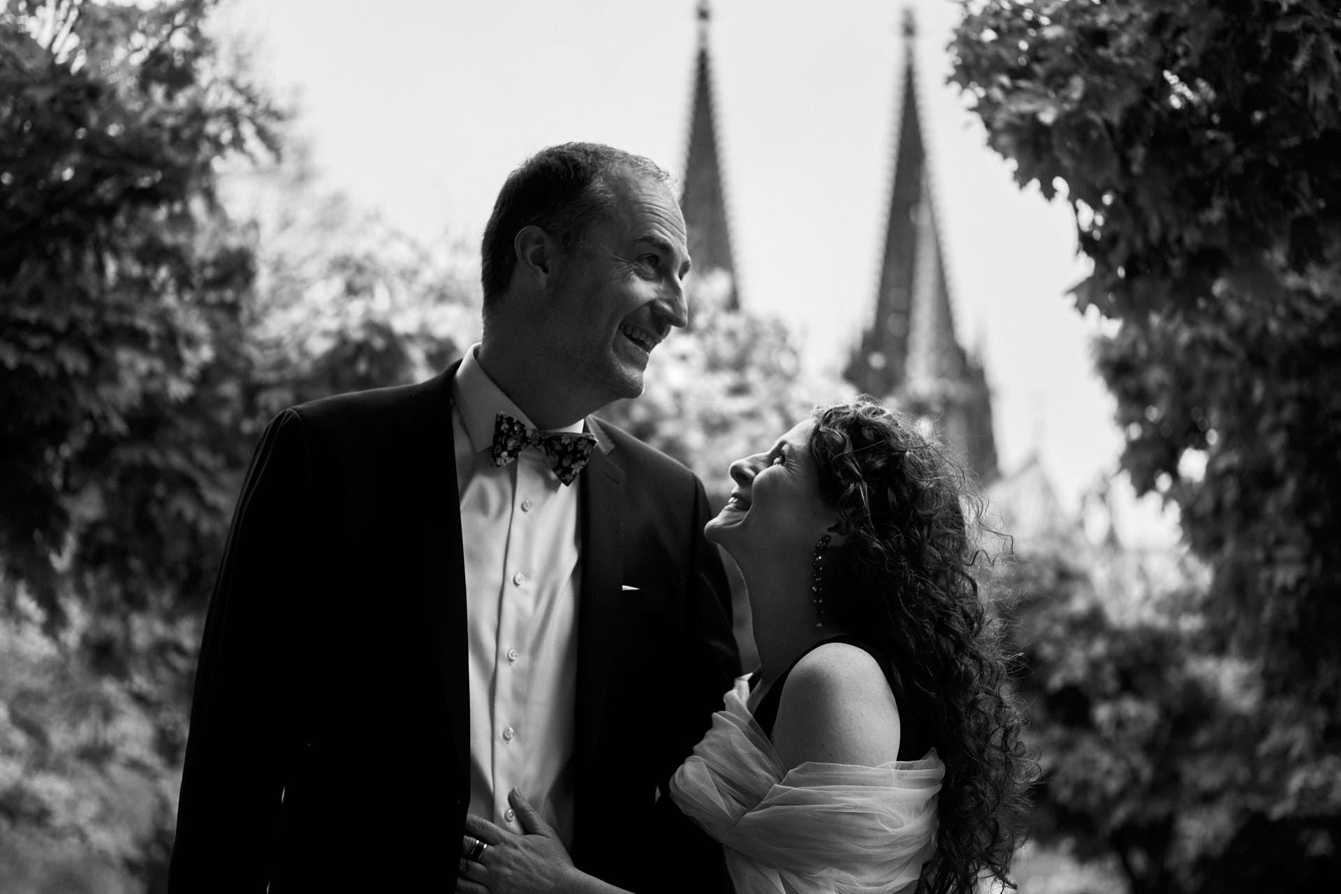 Hochzeitspaar beim Spaziergang in Köln der Kölner Dom im Hintergrund