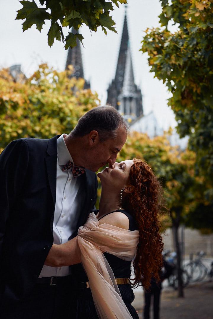 Hochzeitspaar küsst sich vor dem Kölner Dom