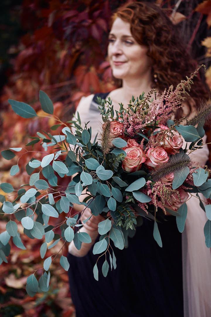 Braut mit opulenten Brautstrauss