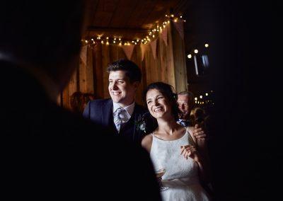 Lachendes Hochzeitspaar bei einer Scheunenhochzeit