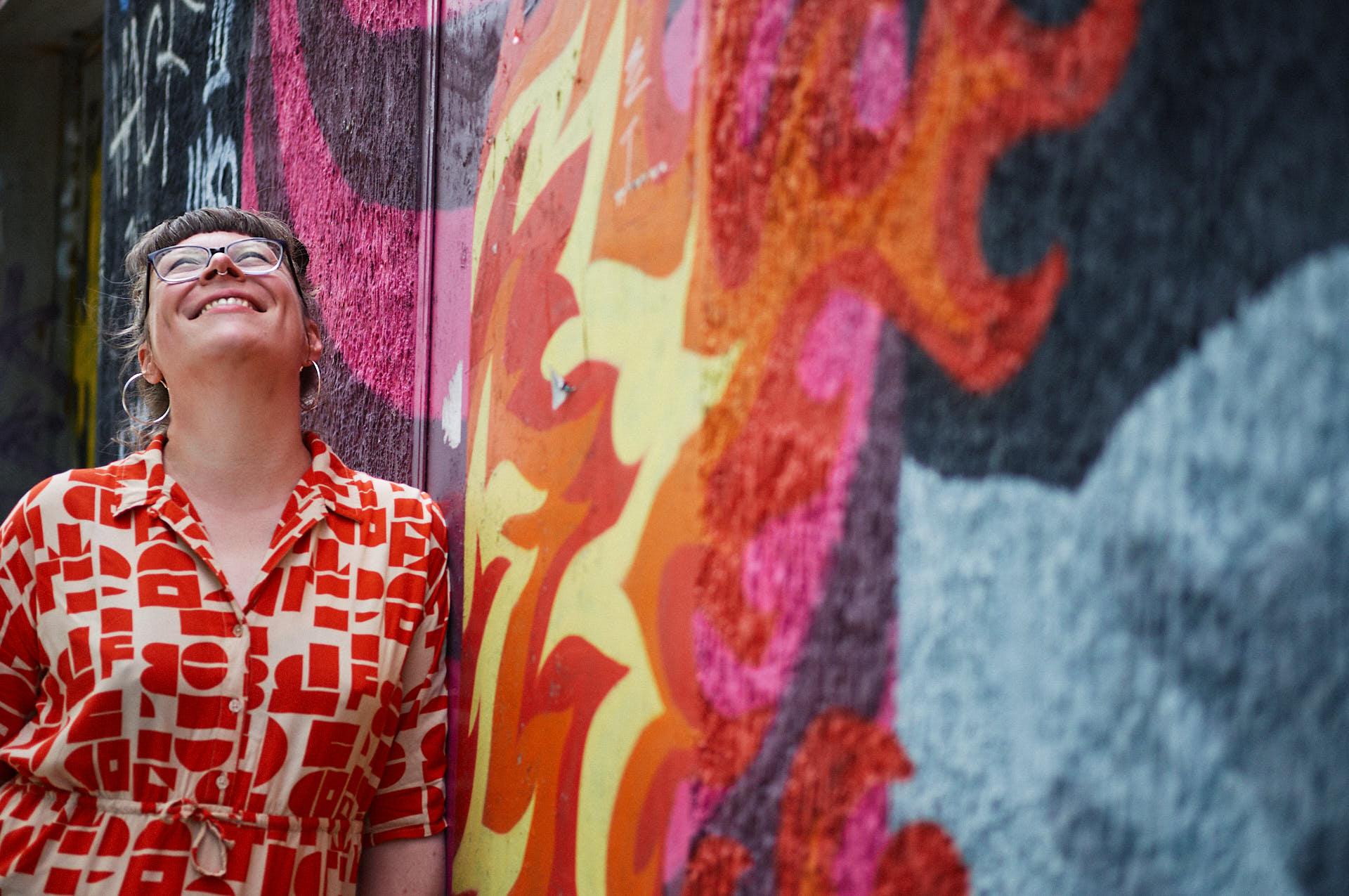 Gitte Wolffson vor Street Art in Köln Ehrenfeld