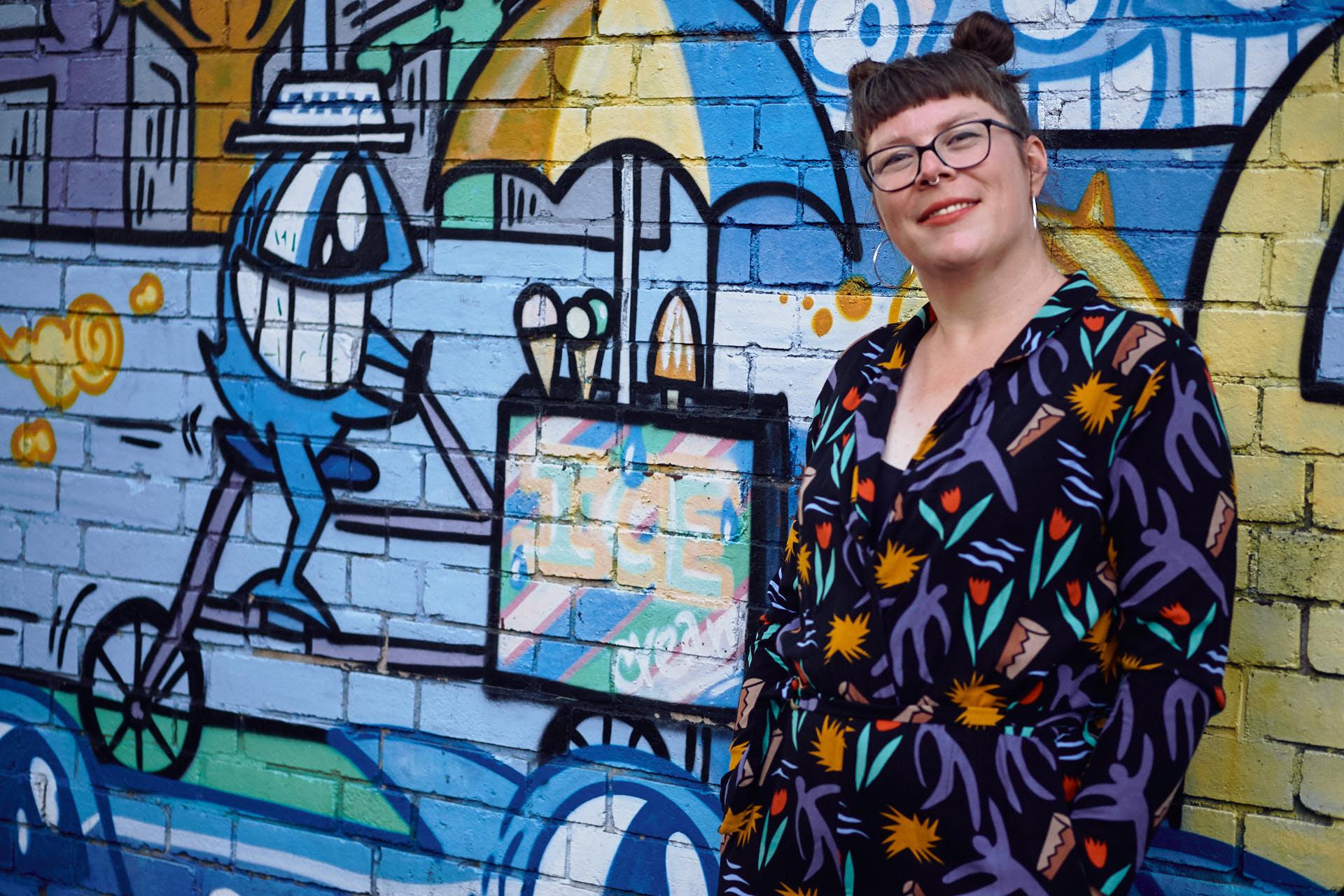Sängerin Gitte Wolffson vor einer blauen Graffiti Wand in Köln