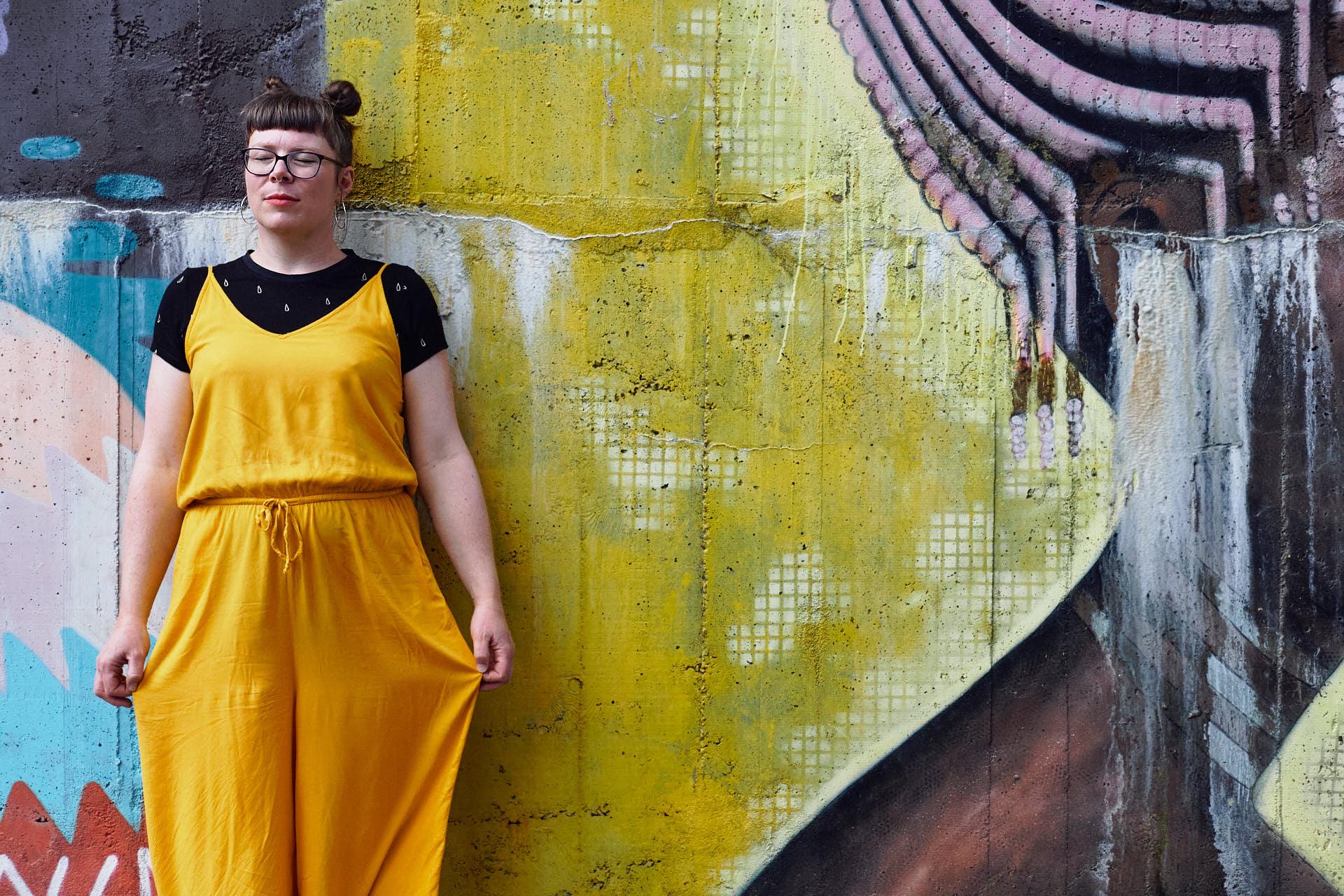 Sängerin Gitte Wolffson posiert vor Street Art bei einem Personal Branding Shooting in Köln Ehrenfeld