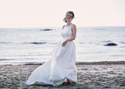 Eine Braut barfuss am Strand bei einem shooting mit Hochzeitsfotograf Köln The New Classic