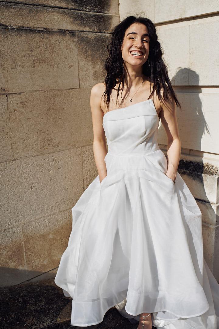 Lachende Braut nach einer Trauung in Köln