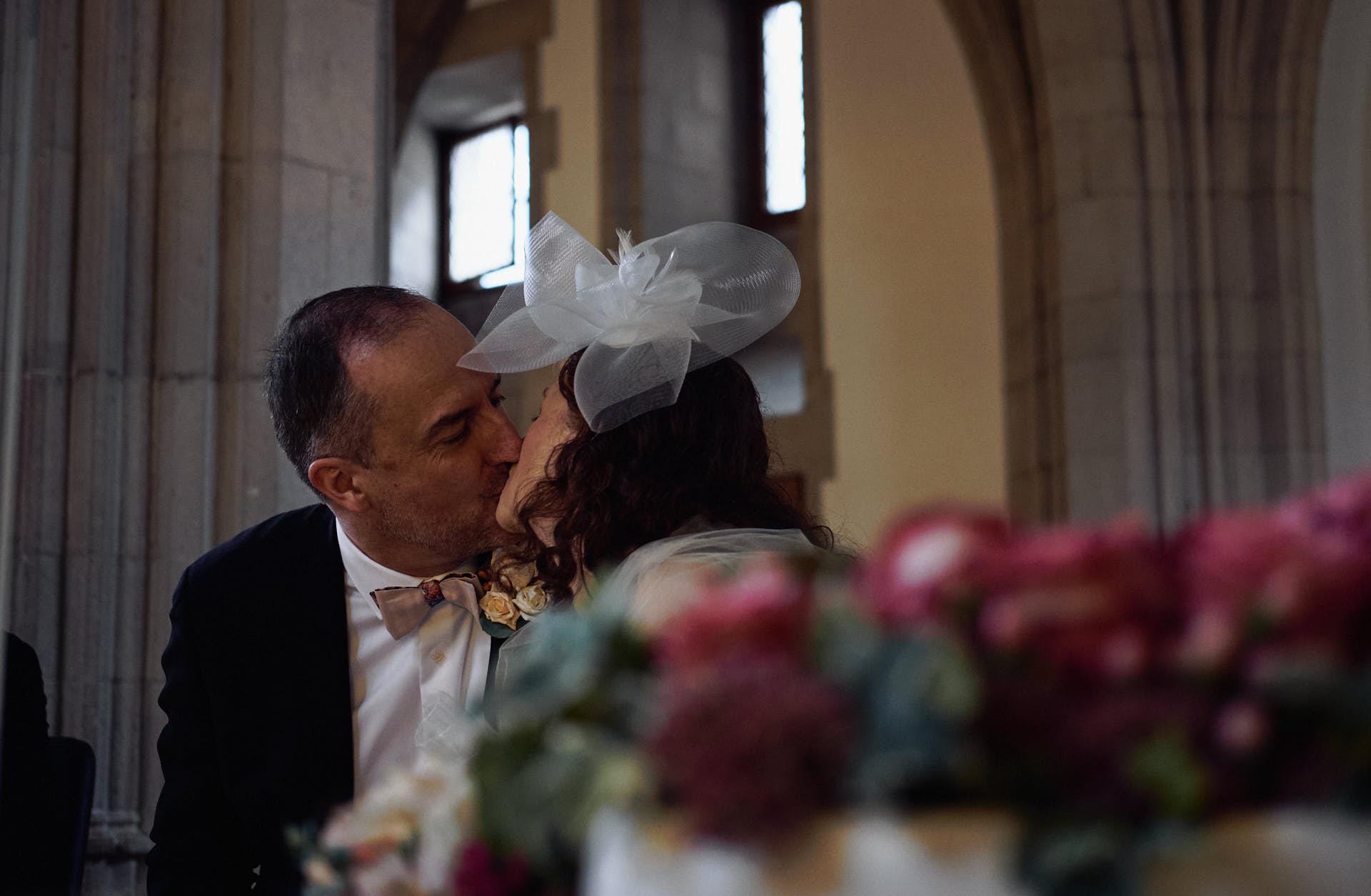 Hochzeitspaar küsst sich nach der Trauung im Kölner Standesamt