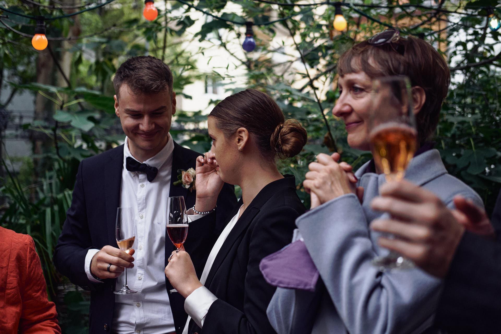 Hochzeitsgäste im Maison Bleu in Köln