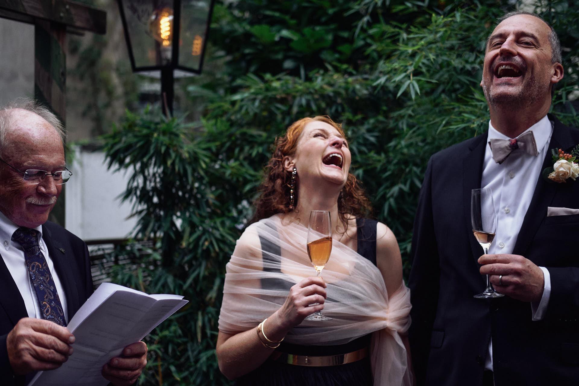 Vater der Braut hält Ansprache im Maison Bleu in Köln